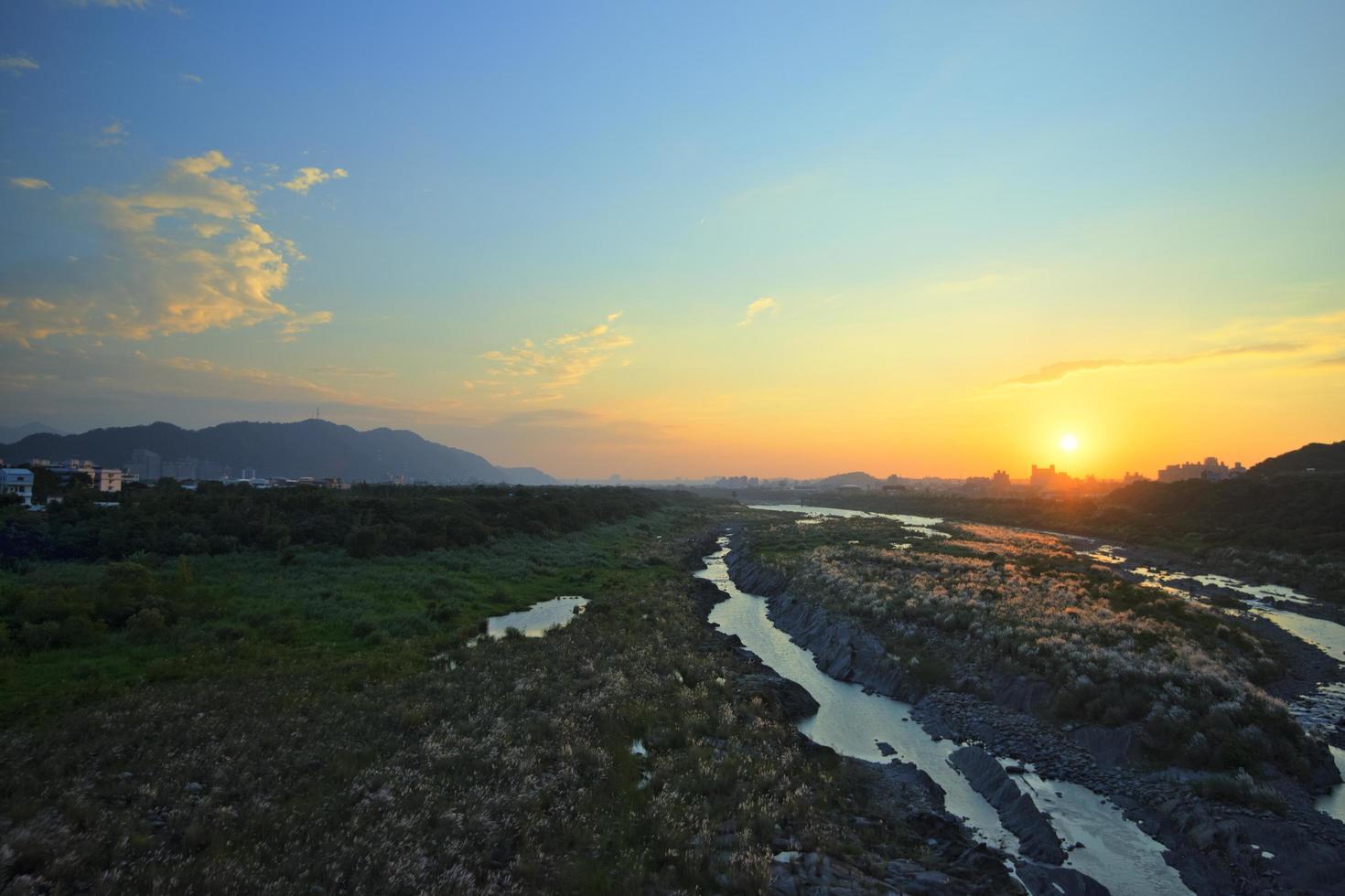luchtfoto van een stroom bij zonsondergang foto
