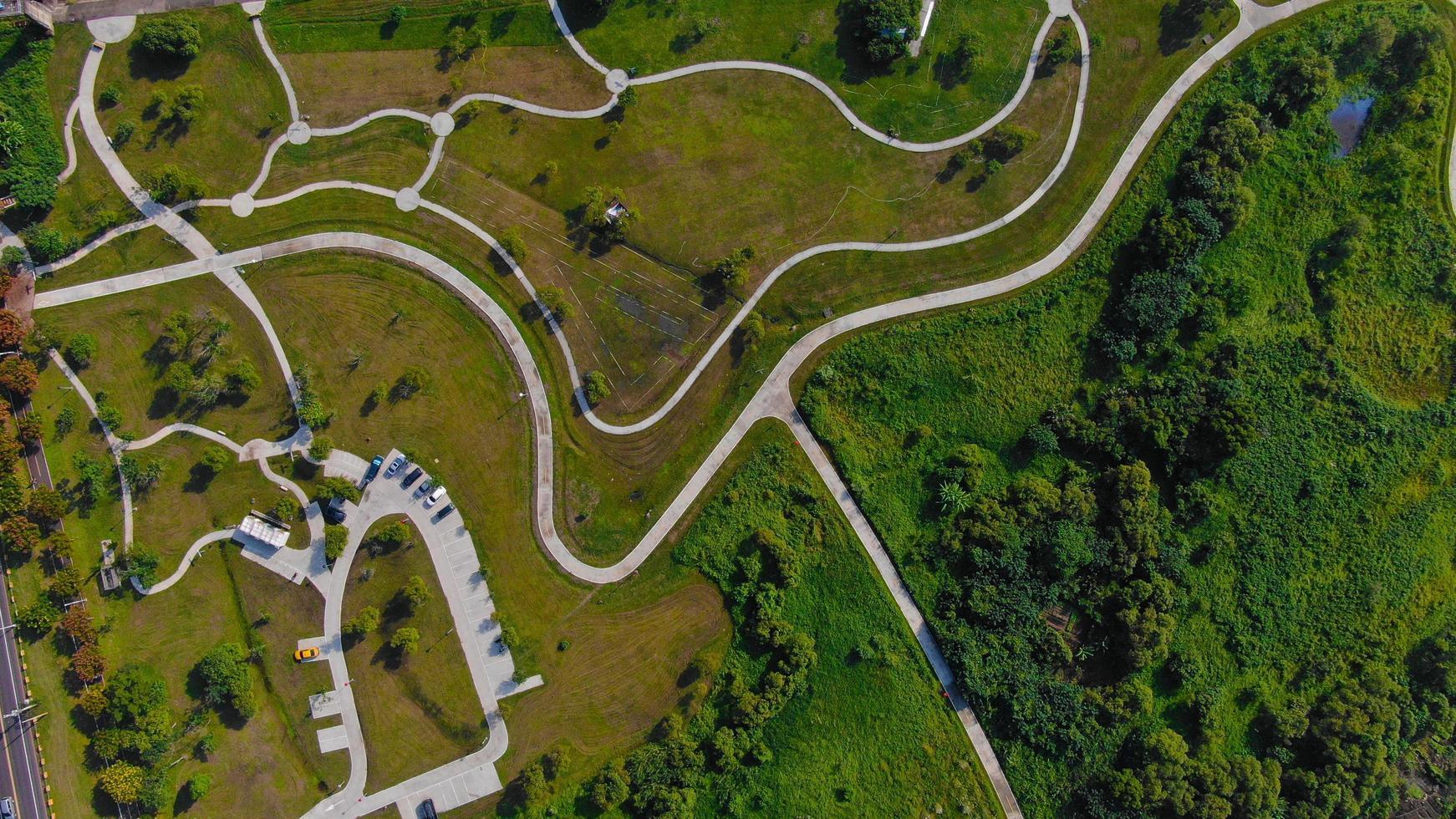 luchtfoto van een weg en parkeerplaats op een heuvel foto