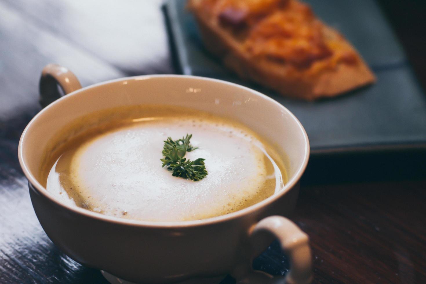 een kom crème van champignonsoep foto