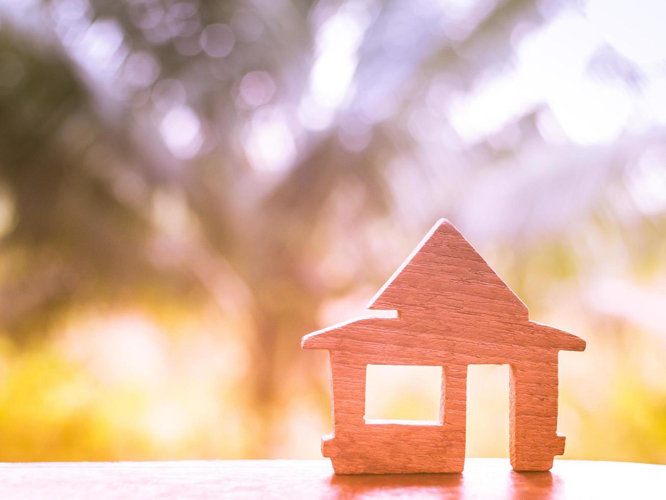 houten huismodel op kleurrijke bokeh foto