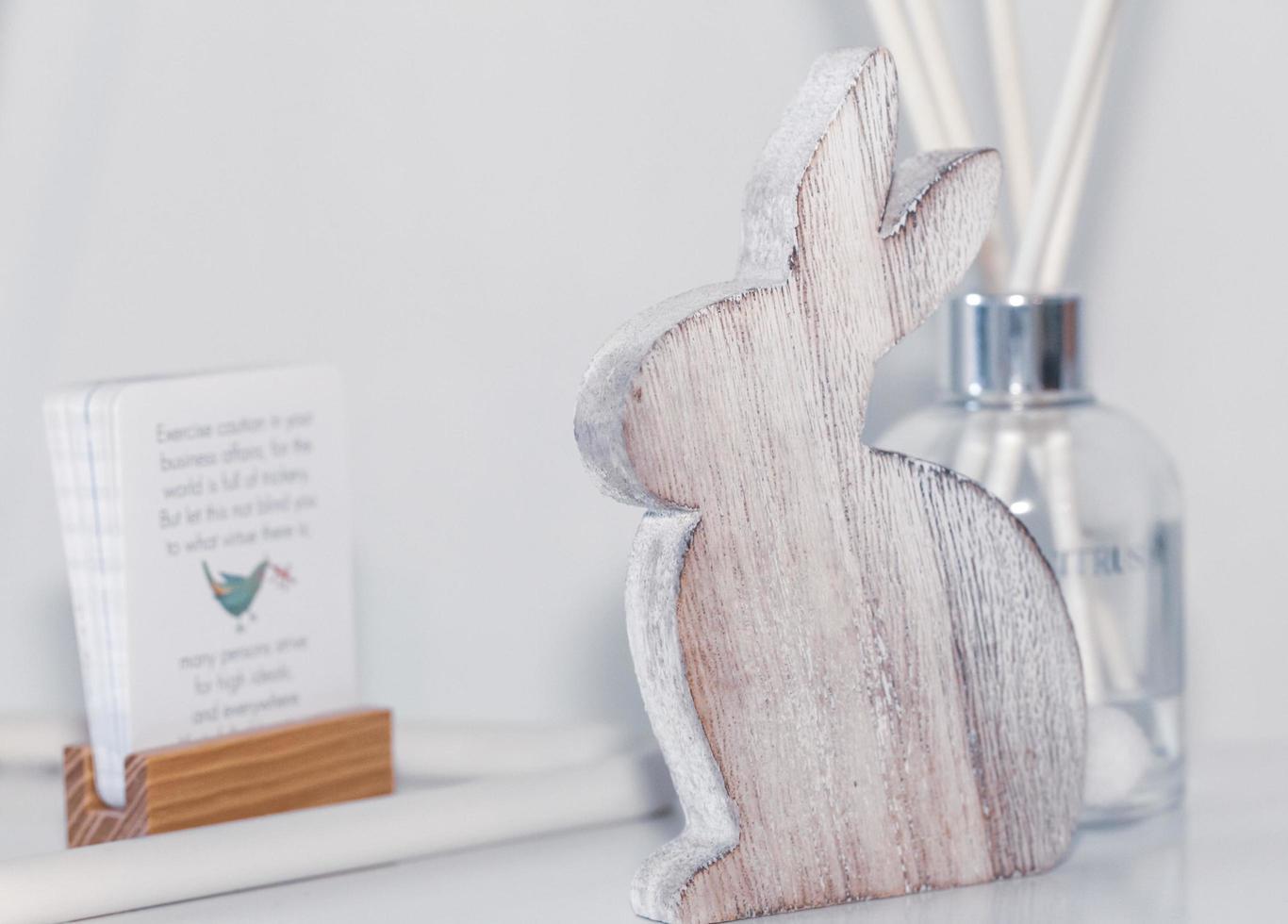 sydney, Australië, 2020 - houten konijn met tafeldecor foto
