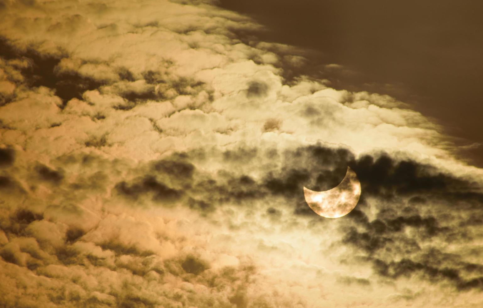 gedeeltelijke zonsverduistering foto