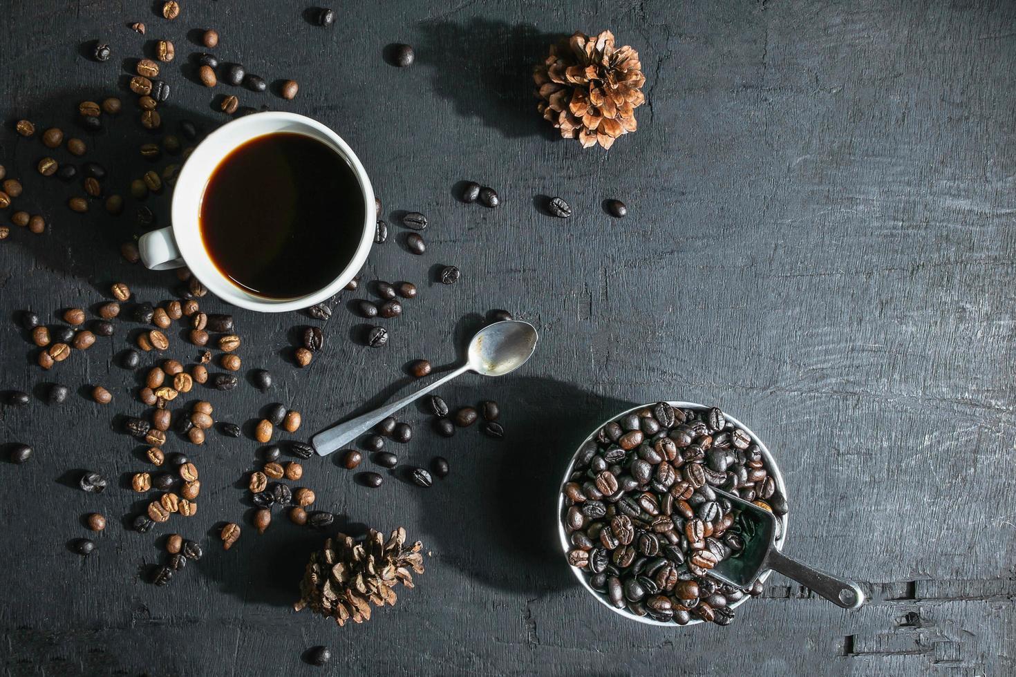 kopje koffie en koffiebonen flatlay foto