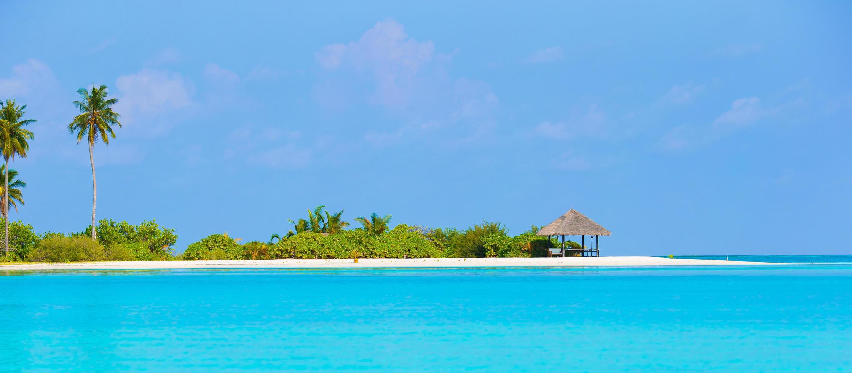blauw water en een eiland foto
