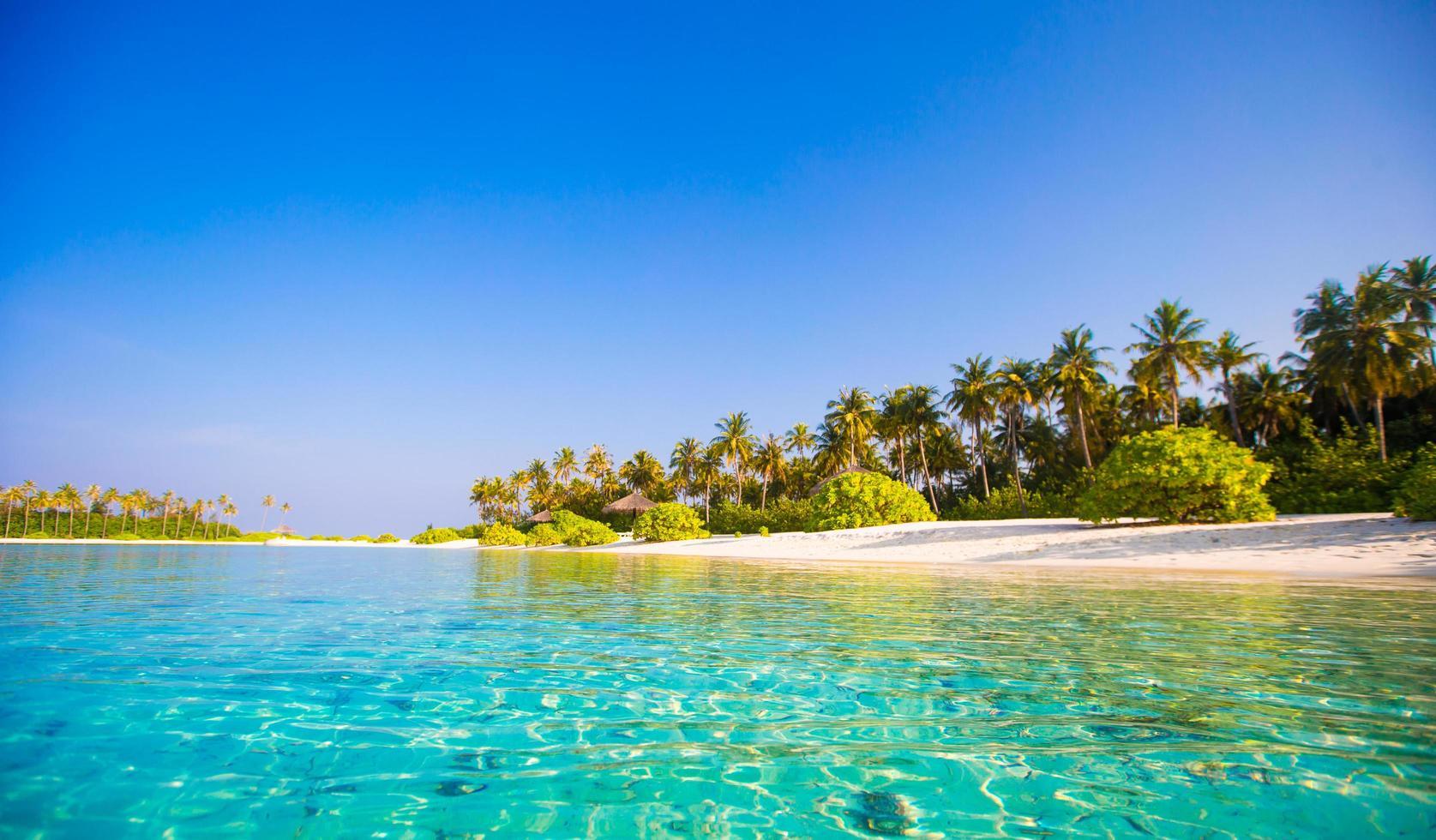 helder blauw water op een strand foto