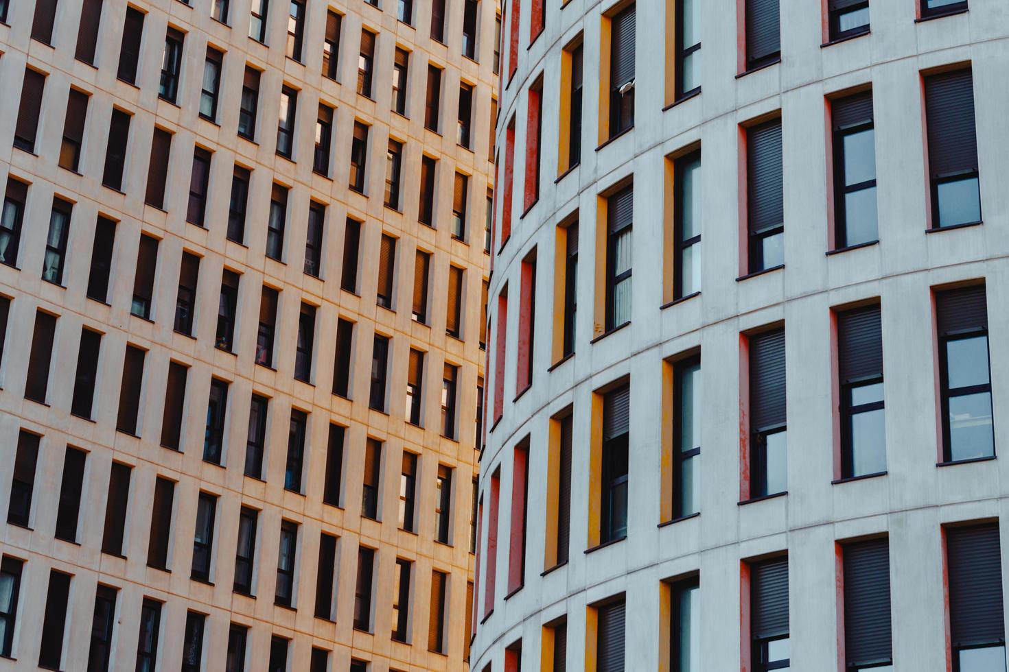 gebouwen in een stad bij zonsondergang foto