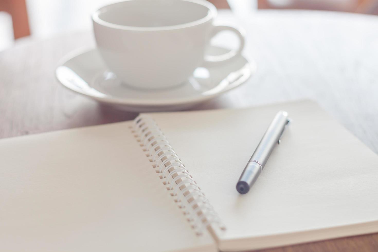 notitieboekje en pen in een café foto