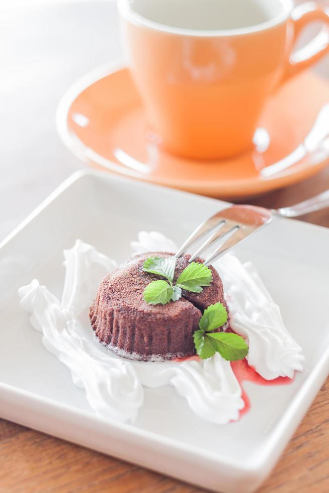 chocolade lavacake met een vork en een koffiekopje foto