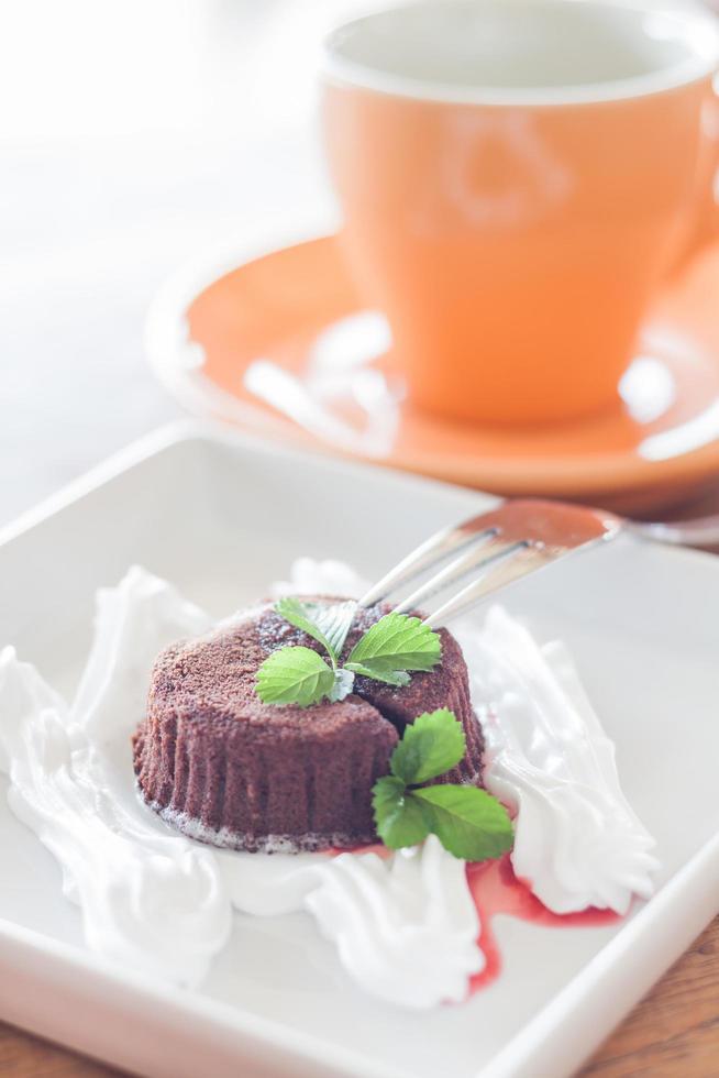 chocolade lavacake met een koffiekopje foto
