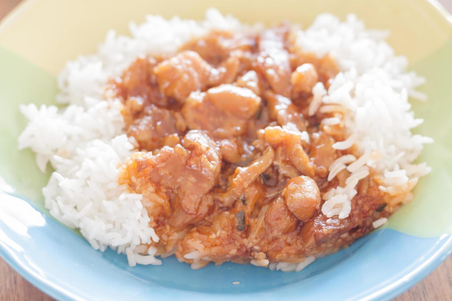 geroerd varkensvlees met saus bovenop rijst foto