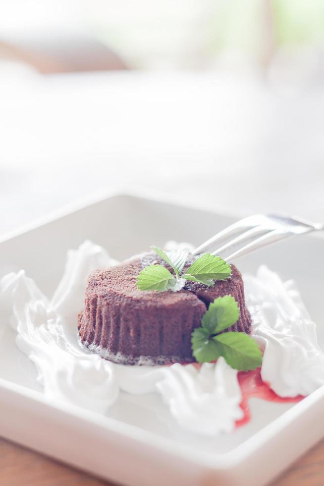 chocolade lava cake op een tafel foto