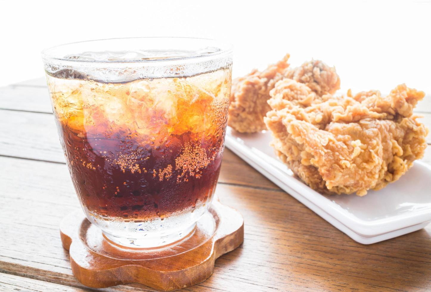 ijskoude cola en gebakken kip foto