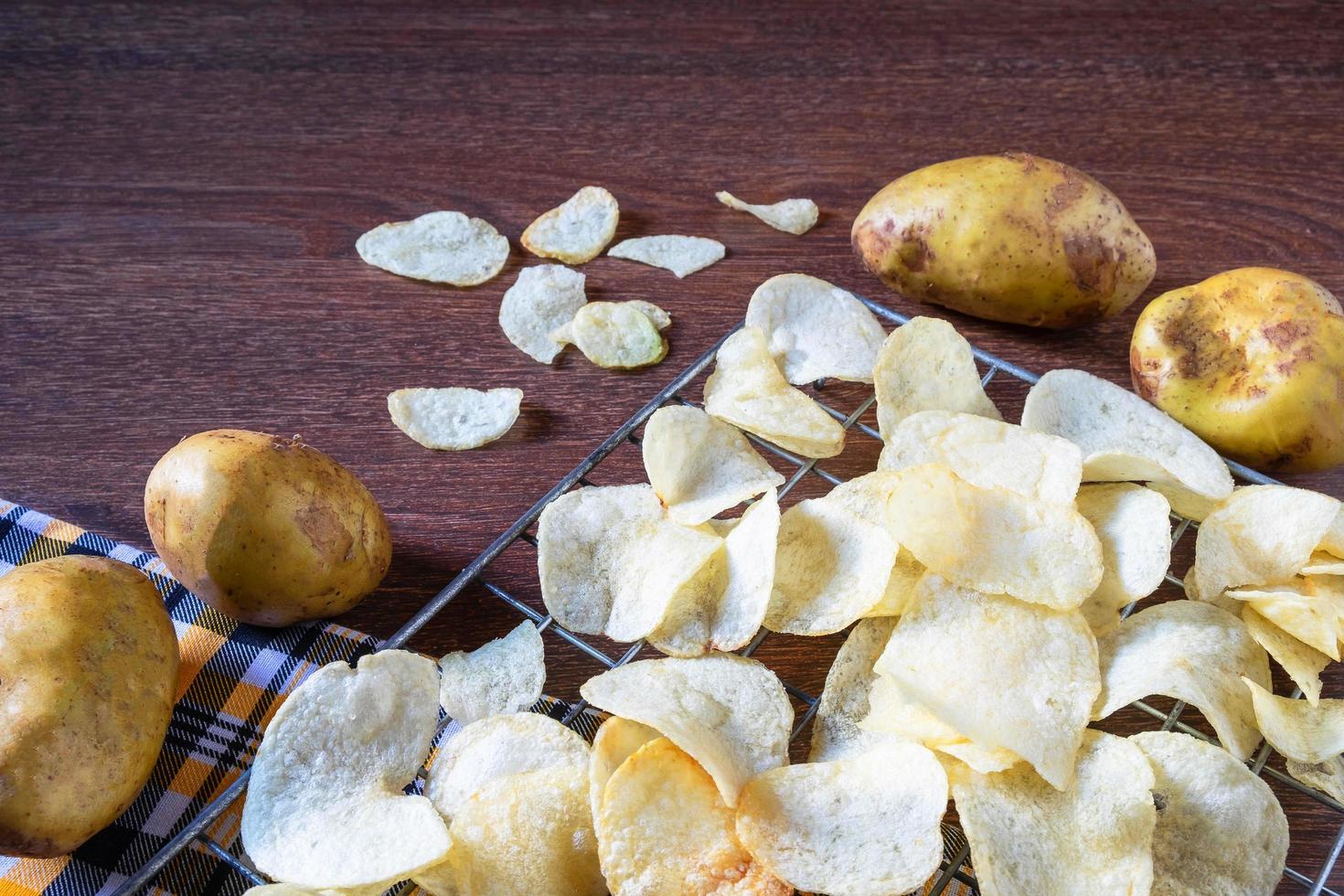 wat vers gebakken aardappelchips foto