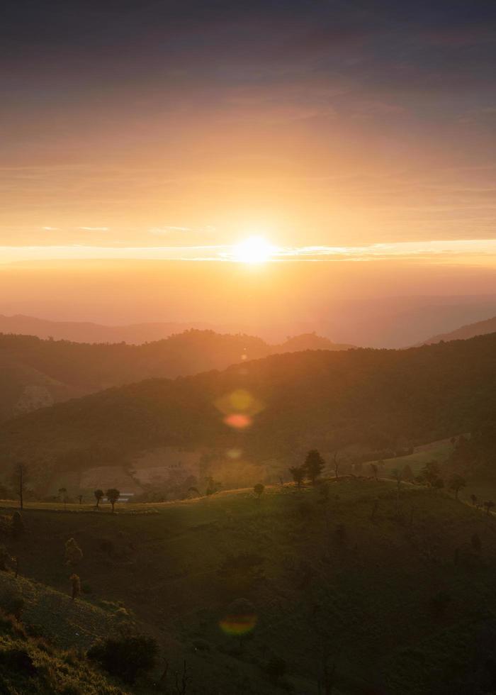 zonsopgang boven een heuvel op het platteland bij doi mae tho foto