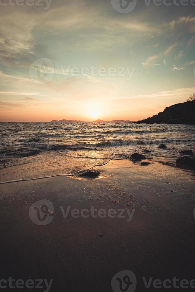 getijden gaan over het zand van het strand foto