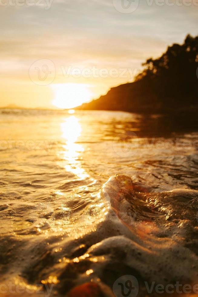 enorme weerspiegeling van de zon over een golf foto