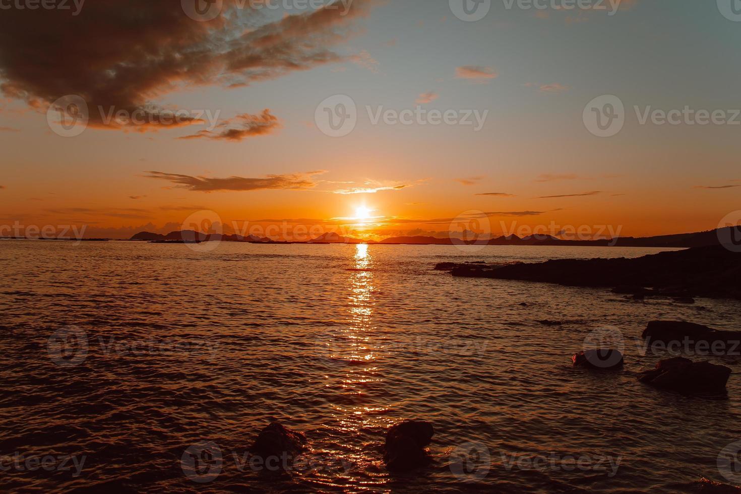 kleurrijke zon over de eilanden foto