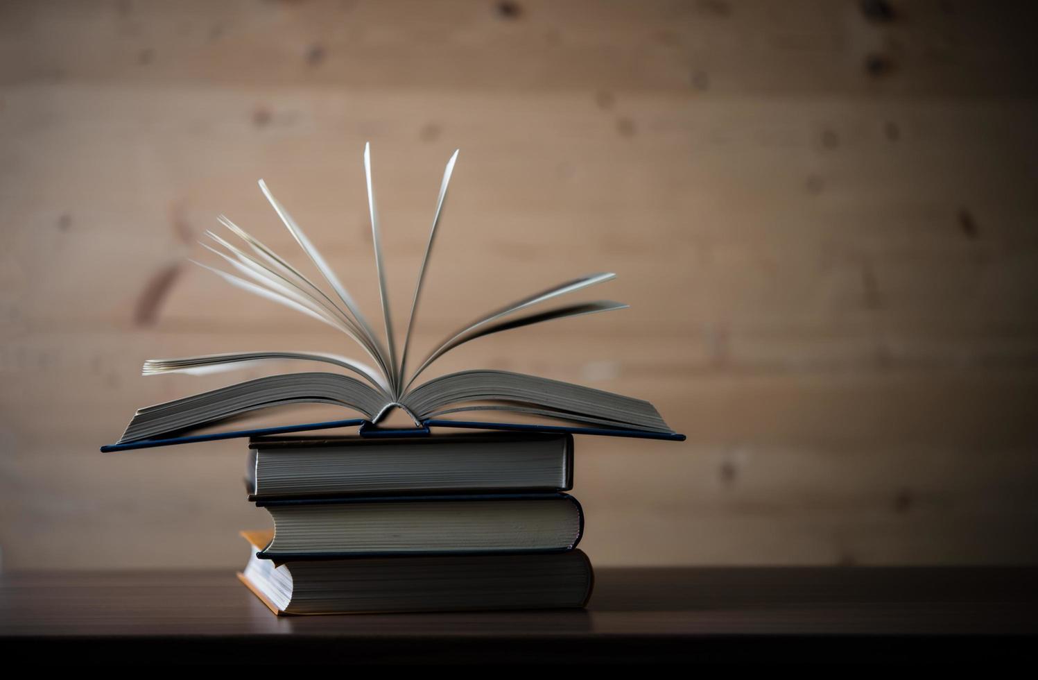 stapel open boeken op een houten tafel foto