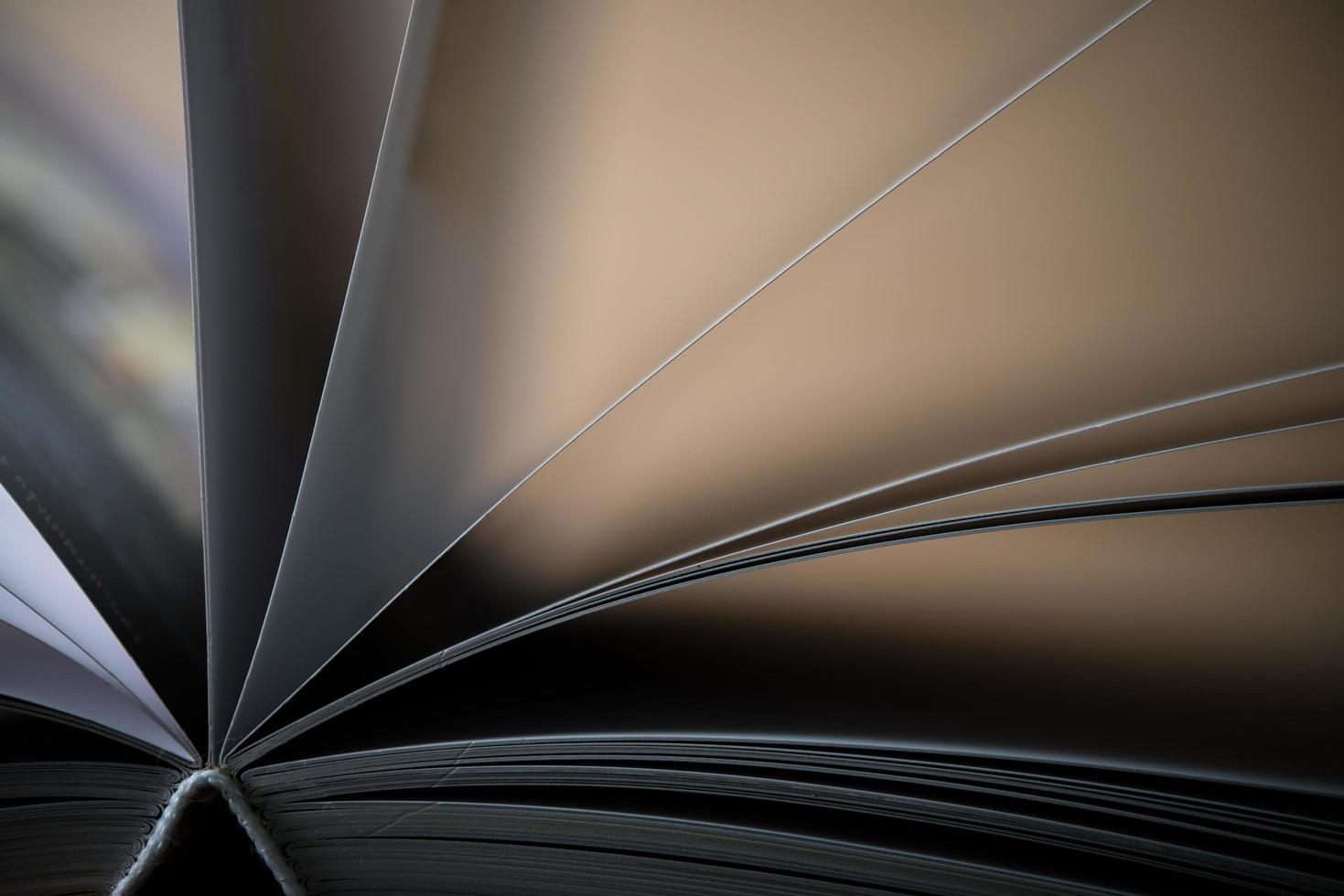 close-up van een geopend boek op een houten tafel foto