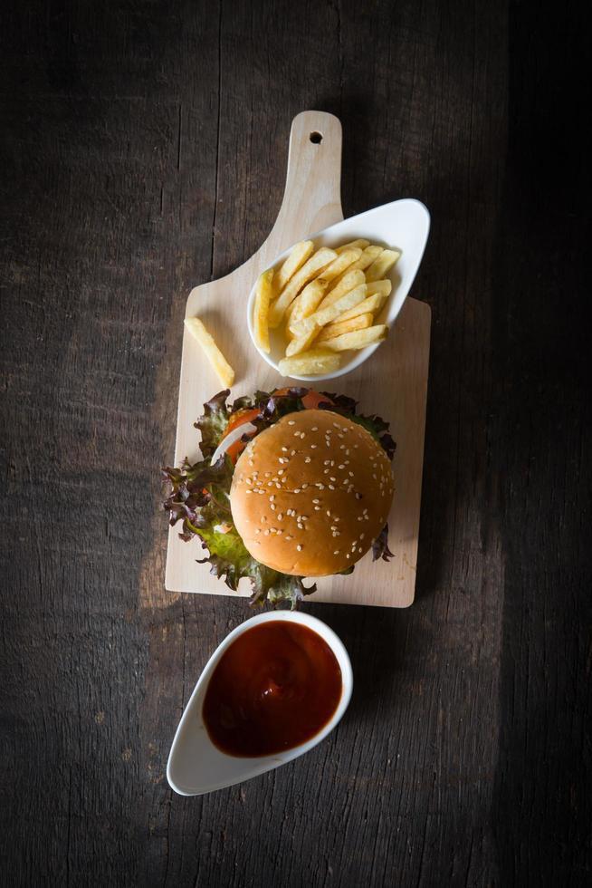 bovenaanzicht van rustieke zelfgemaakte hamburger en frietjes foto