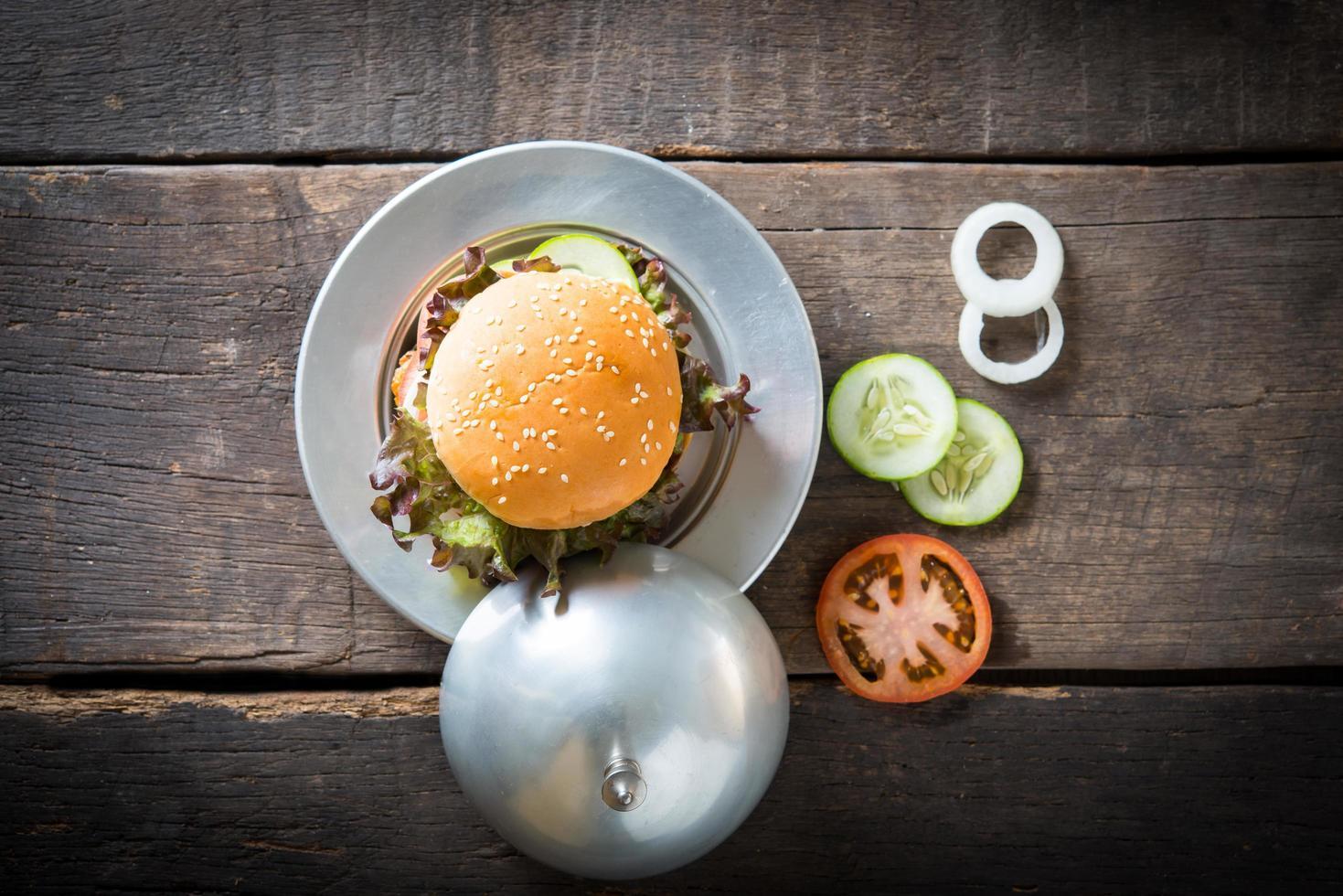 bovenaanzicht rustieke zelfgemaakte hamburger foto