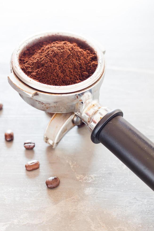 koffiemolen op een tafel foto