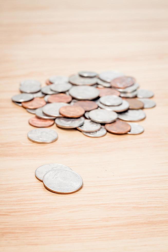 munten op een houten tafel foto