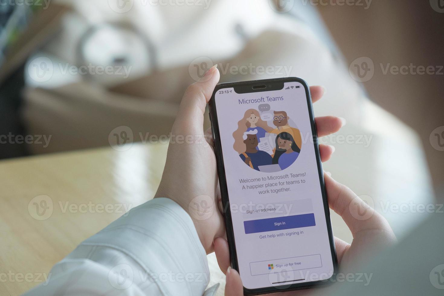 chiang mai, thailand 2020-illustratieve redactie van thuiswerkmedewerker die het sociale platform van microsoft teams gebruikt foto