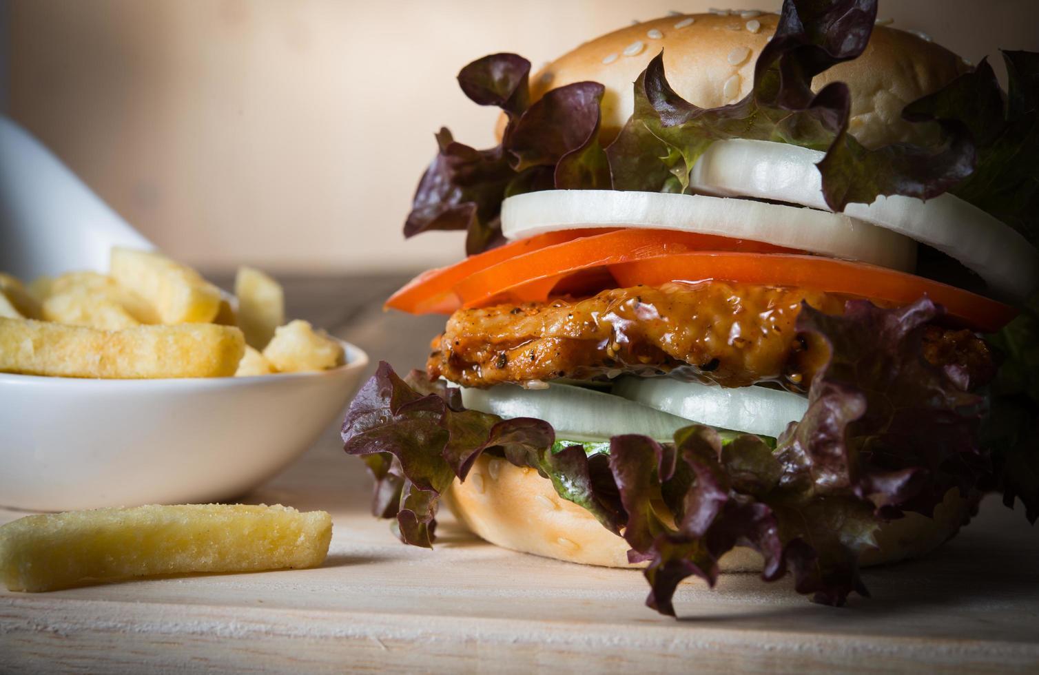 huisgemaakte kipburger en frietjes foto