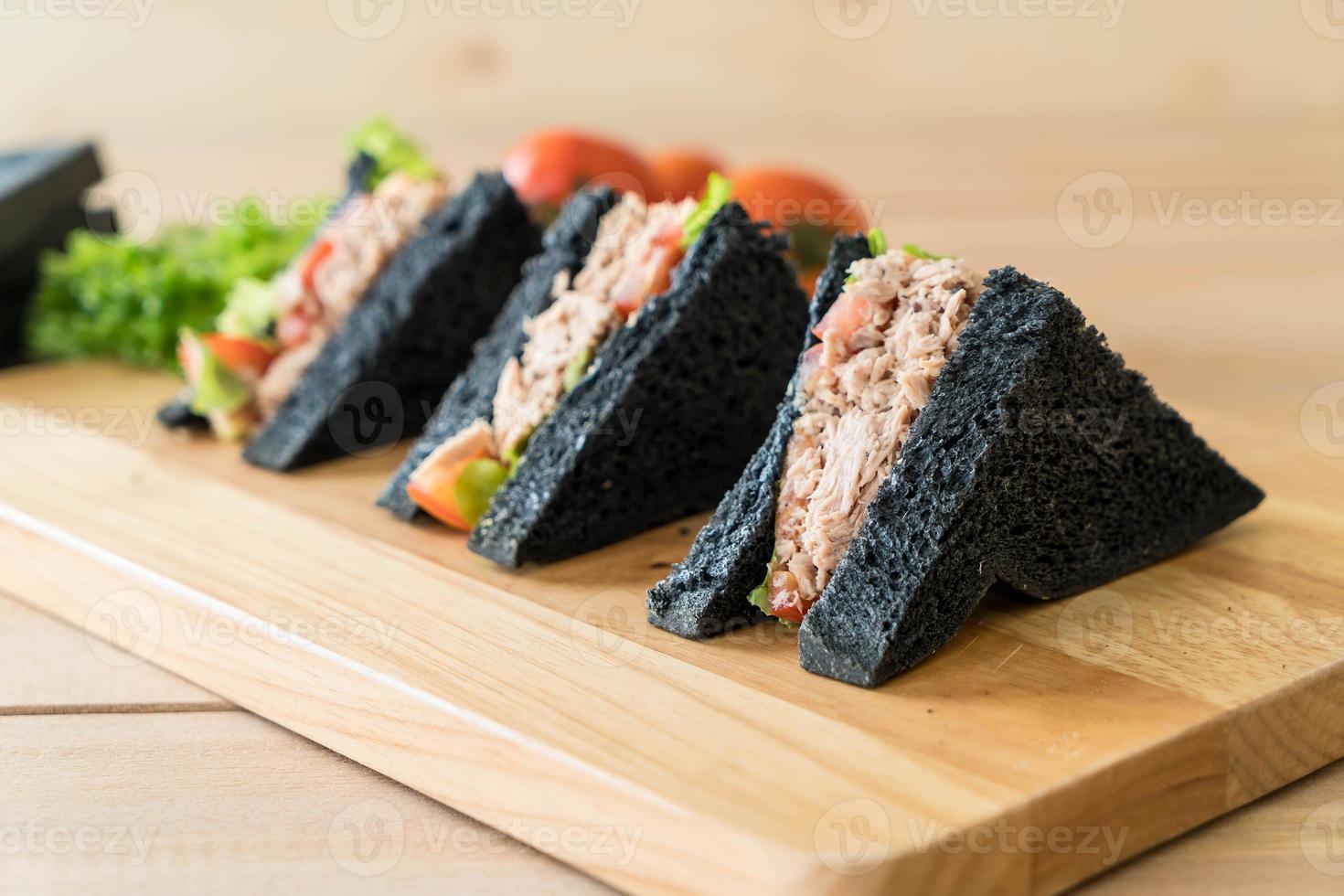 sandwiches met tonijnhoutskool foto