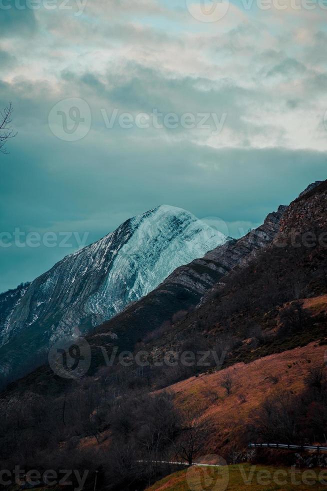 een kleurrijke bergketen tijdens de zonsondergang met kopie ruimte foto