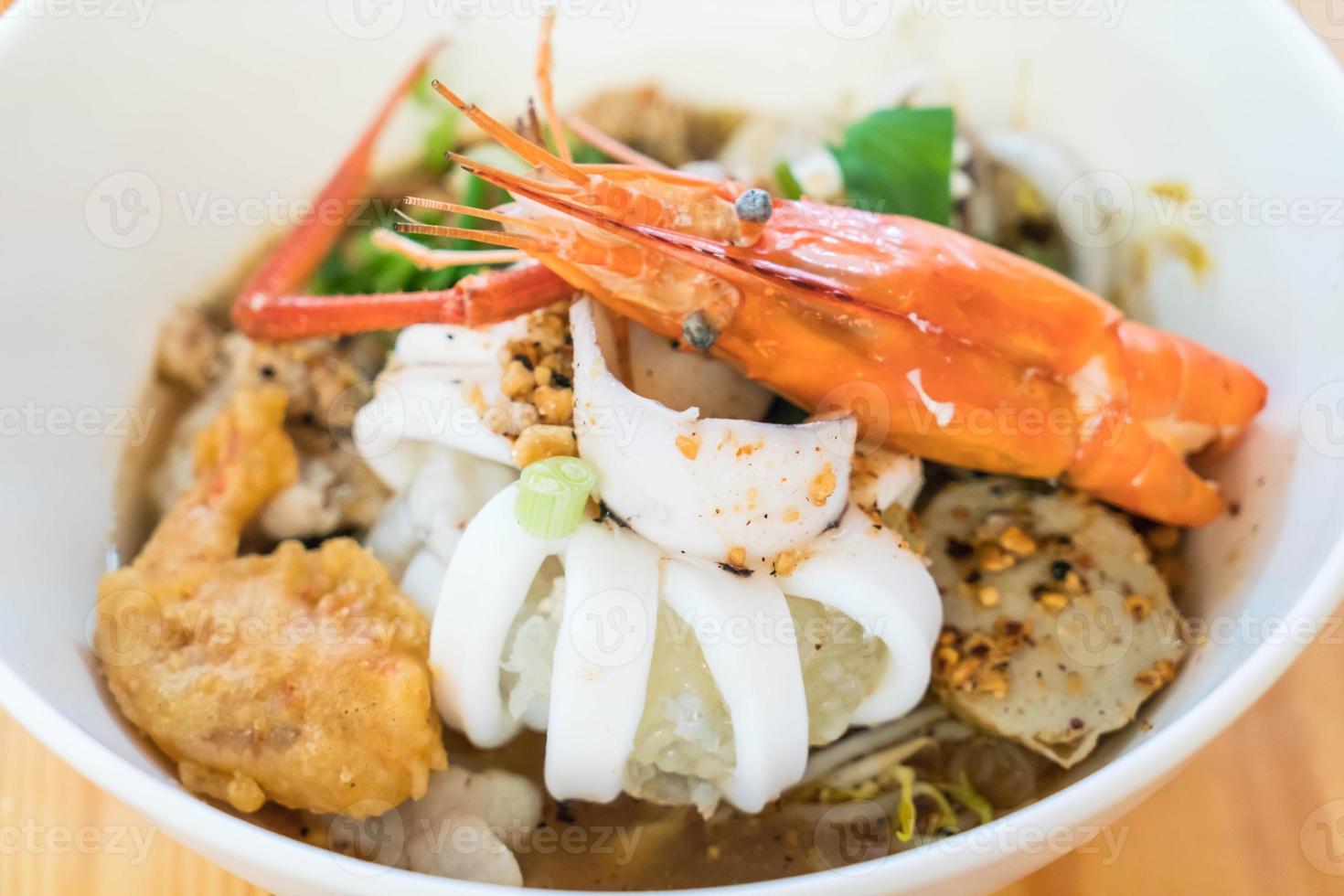 Aziatische noedelsoep met zeevruchten foto