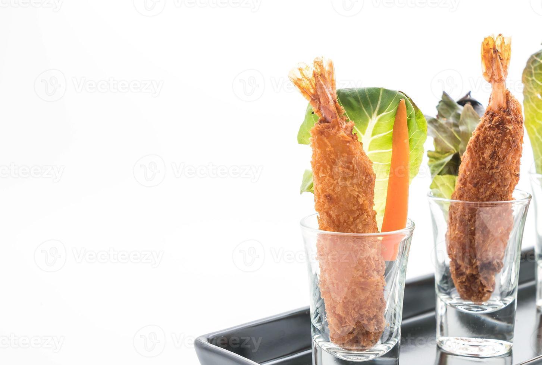 beslag gebakken garnalen op witte achtergrond foto
