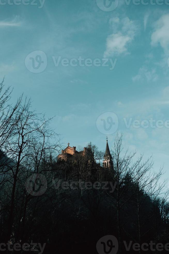 middeleeuws kasteel op de top van een heuvel foto