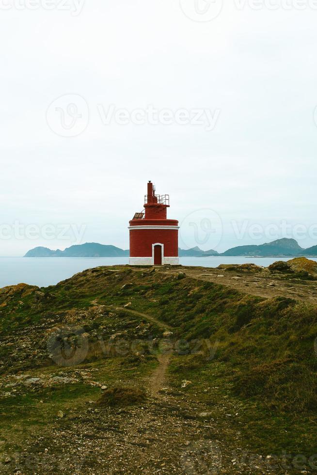 rode vuurtoren aan de kust van spanje foto