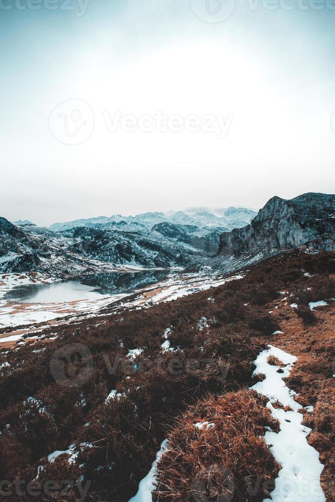 verticaal panoramisch uitzicht op een bergketen tijdens de winter foto