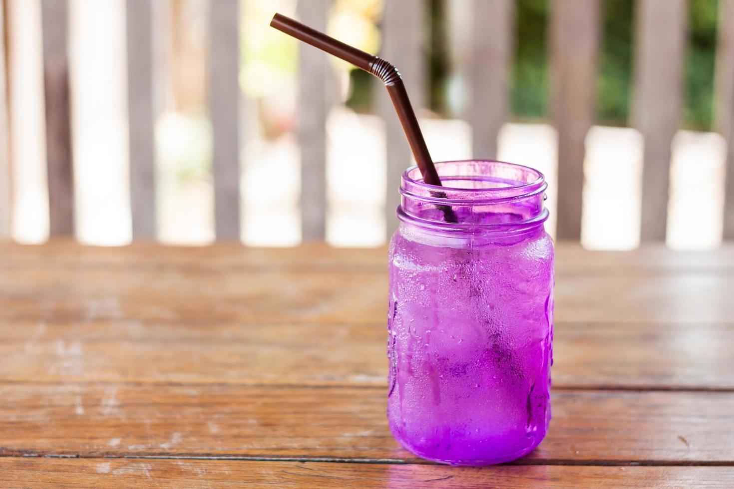 drink in een paarse pot foto