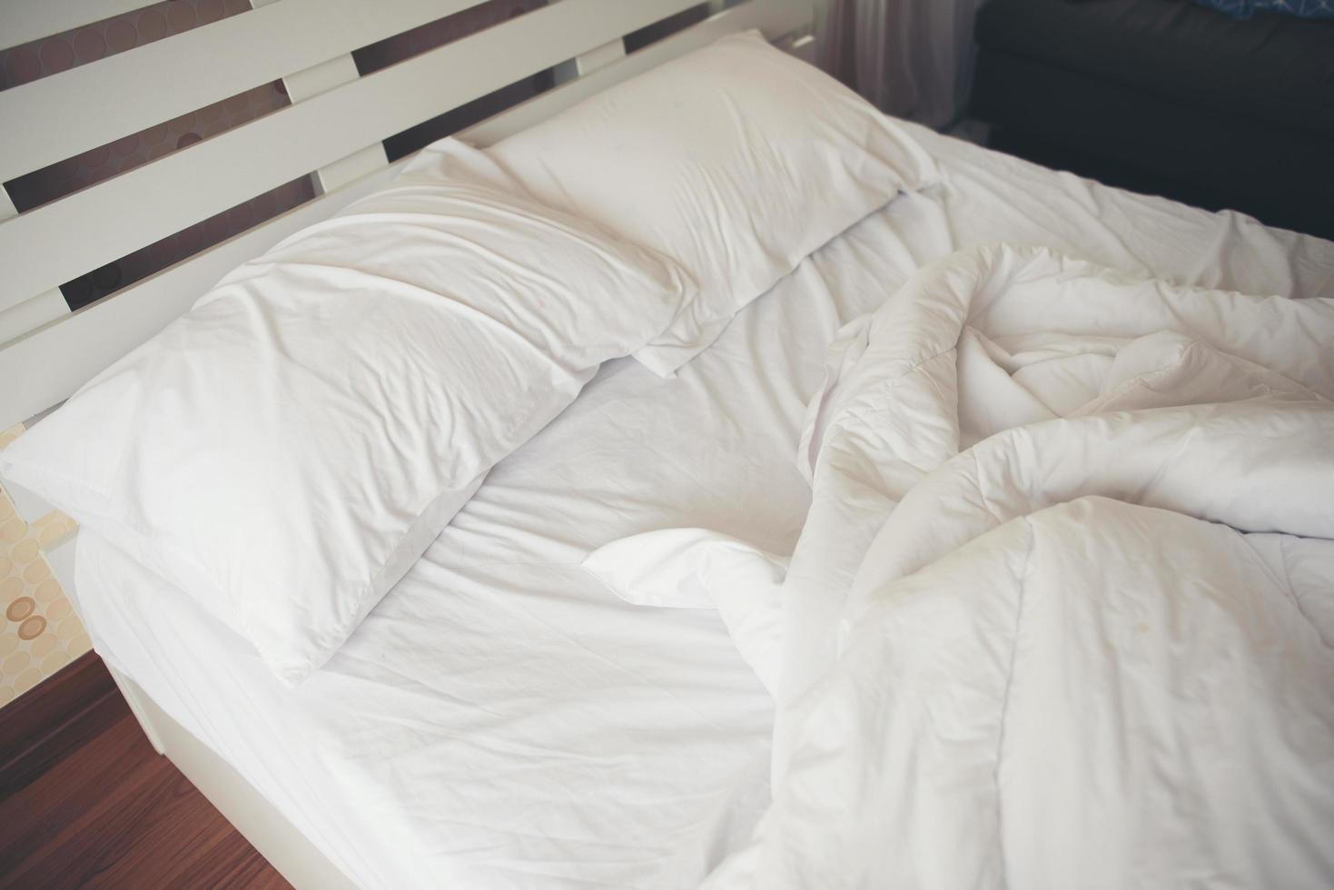 verfrommelde lakens in de slaapkamer foto