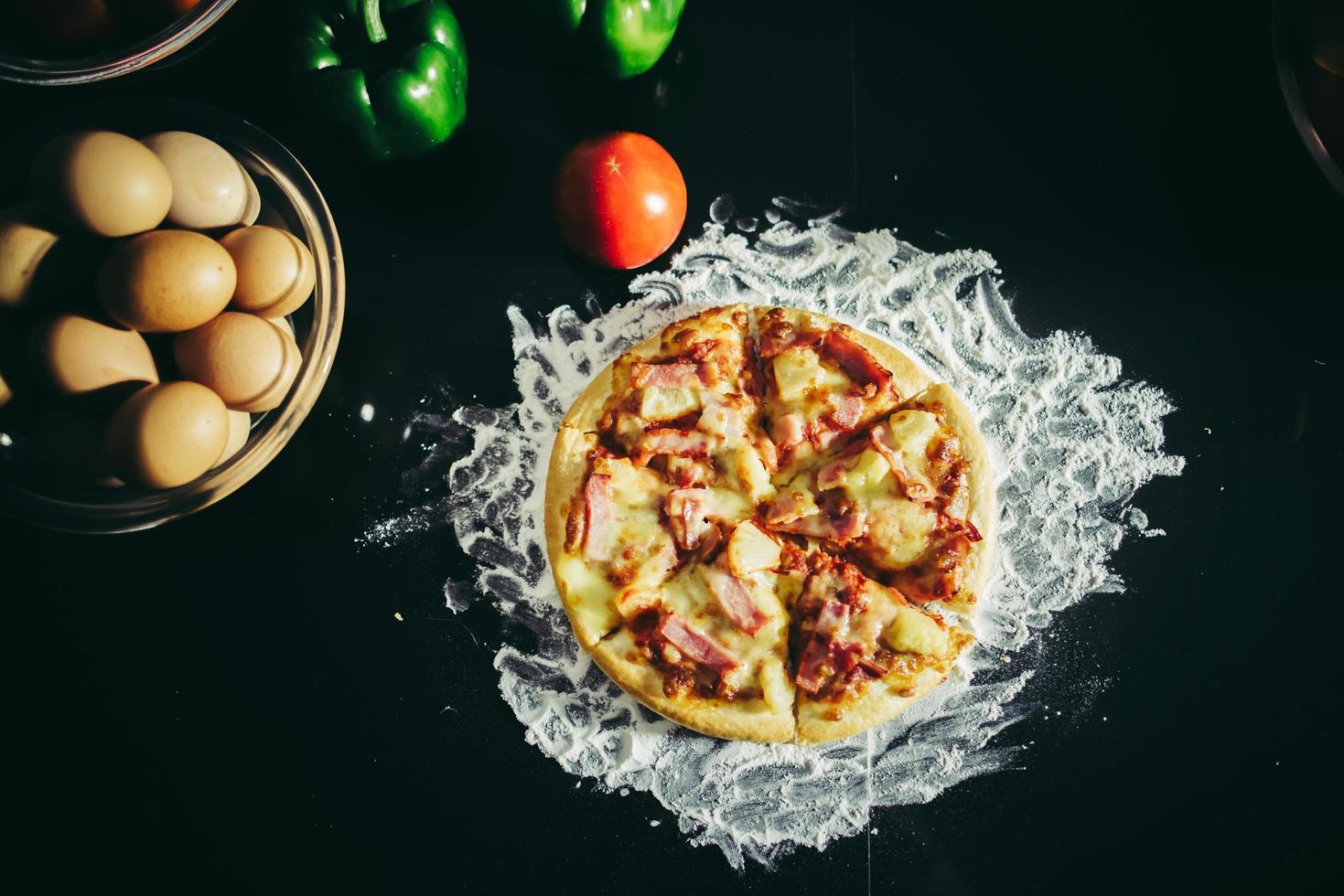 bovenaanzicht van zelfgemaakte pizza foto