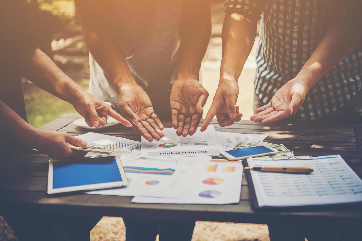 groep bedrijfsmensenanalyse met marketingrapportgrafiek, bespreken jonge specialisten bedrijfsideeën voor nieuw digitaal startproject. foto