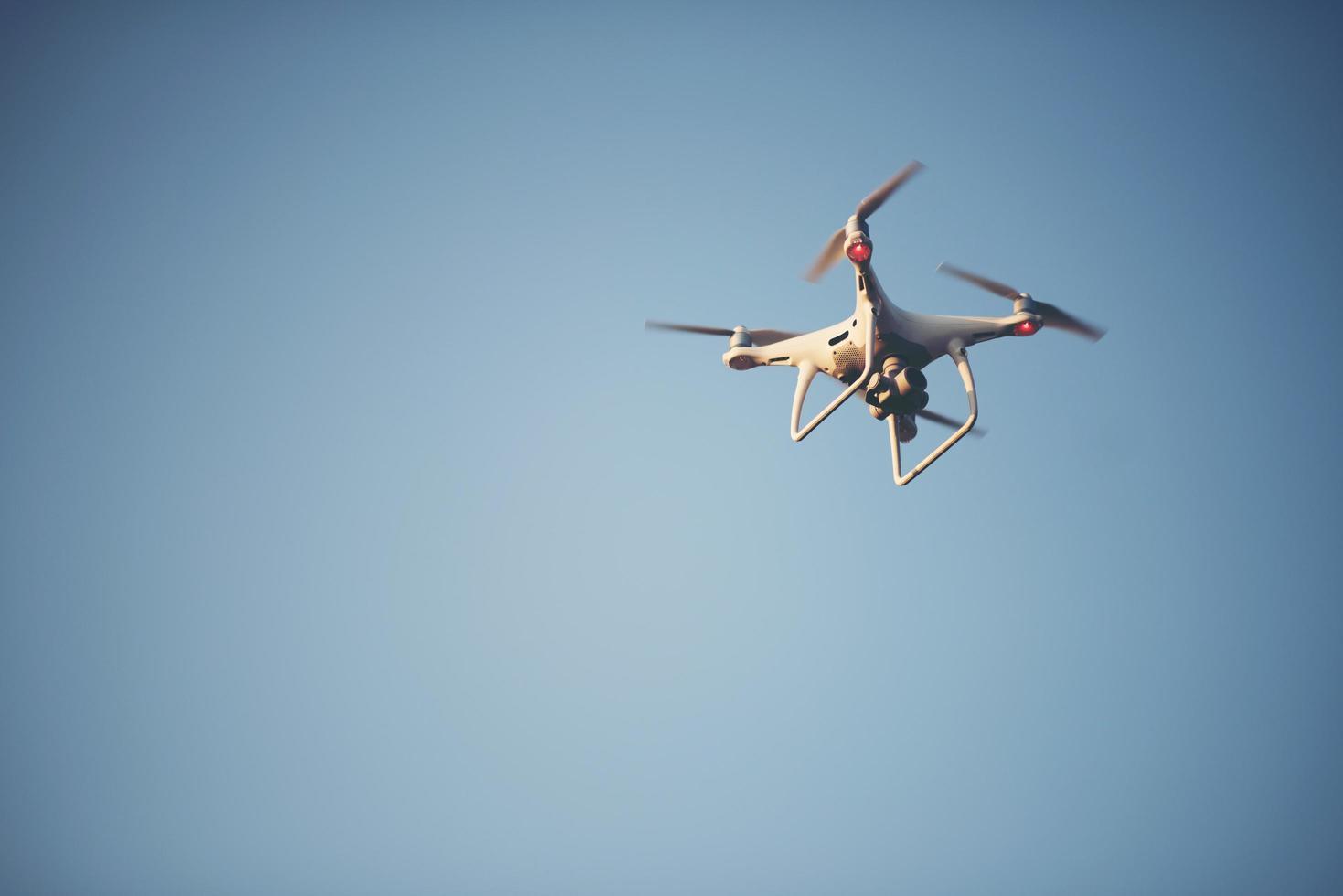 vliegende drone in de lucht foto