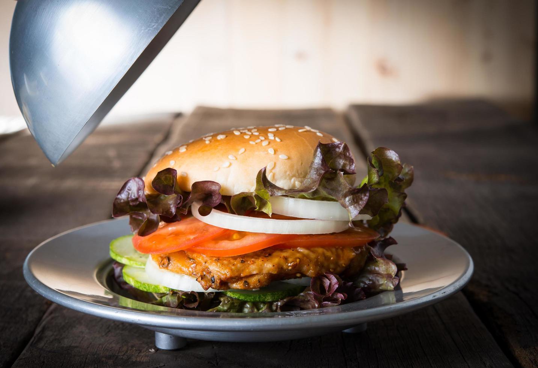 rustieke zelfgemaakte hamburger foto