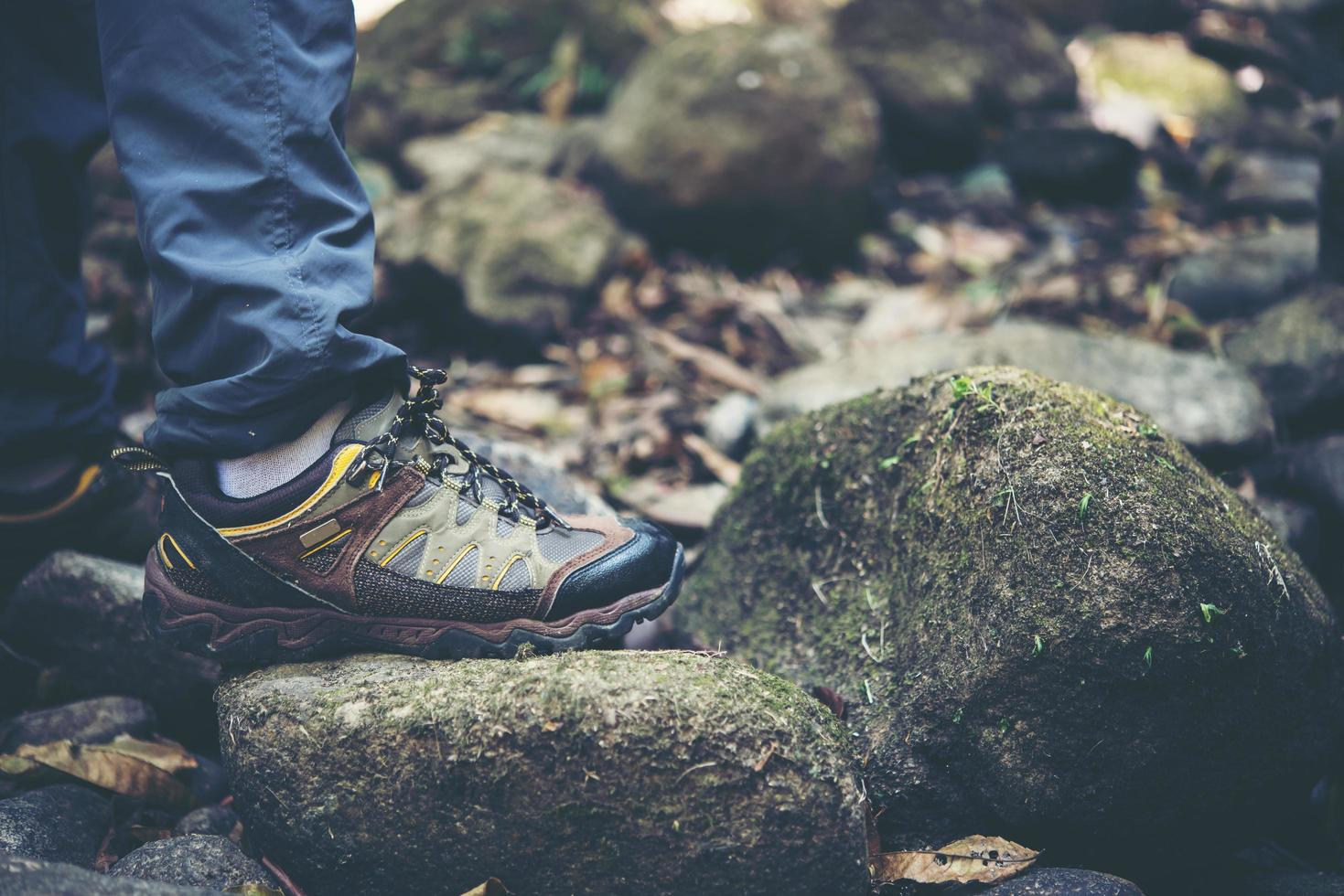 close-up van iemands voeten wandelen op een bergpad foto