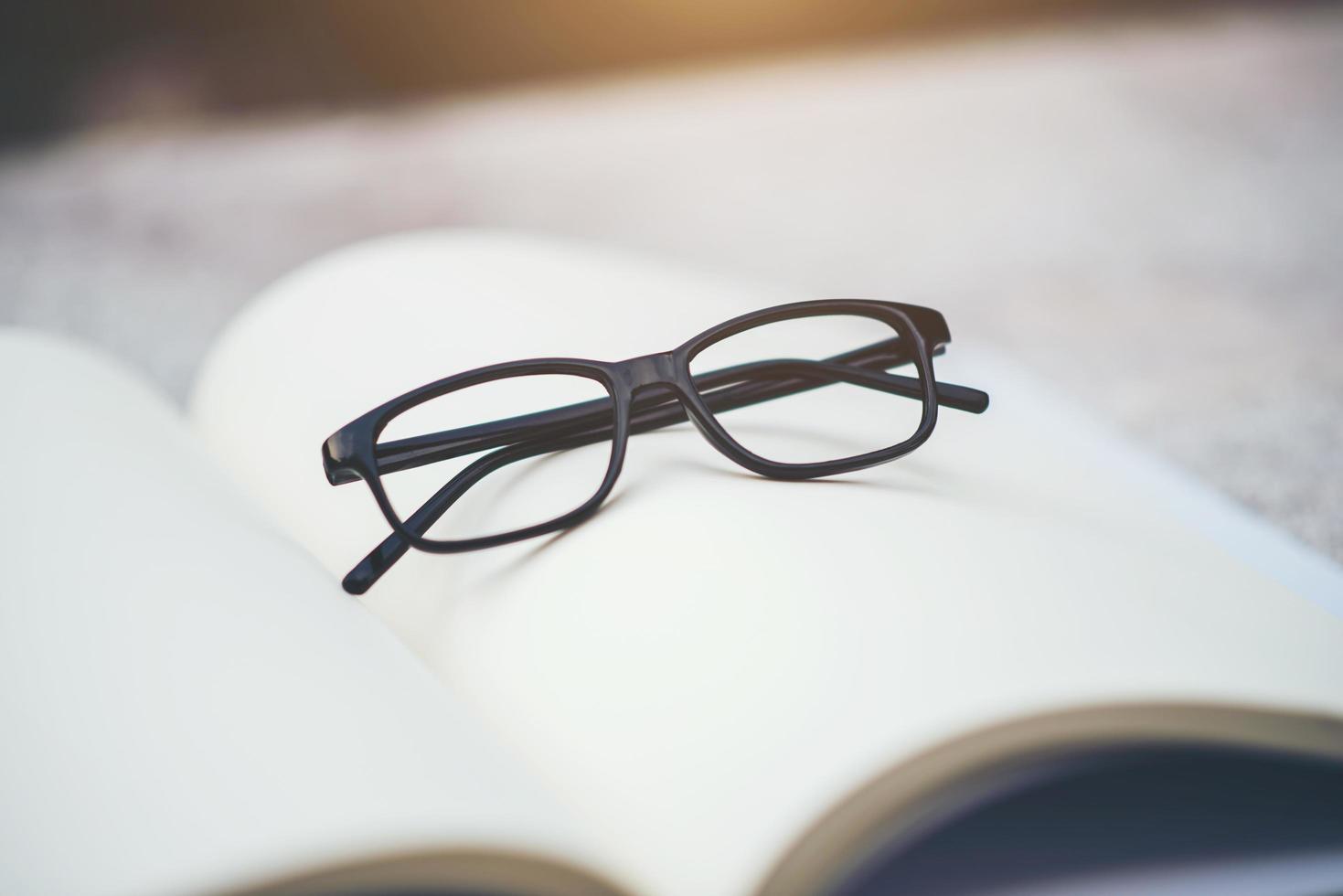 zwarte bril op een open boek foto