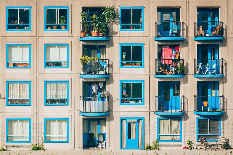 amsterdam, nederland, 2020 - wit en blauw appartementengebouw foto