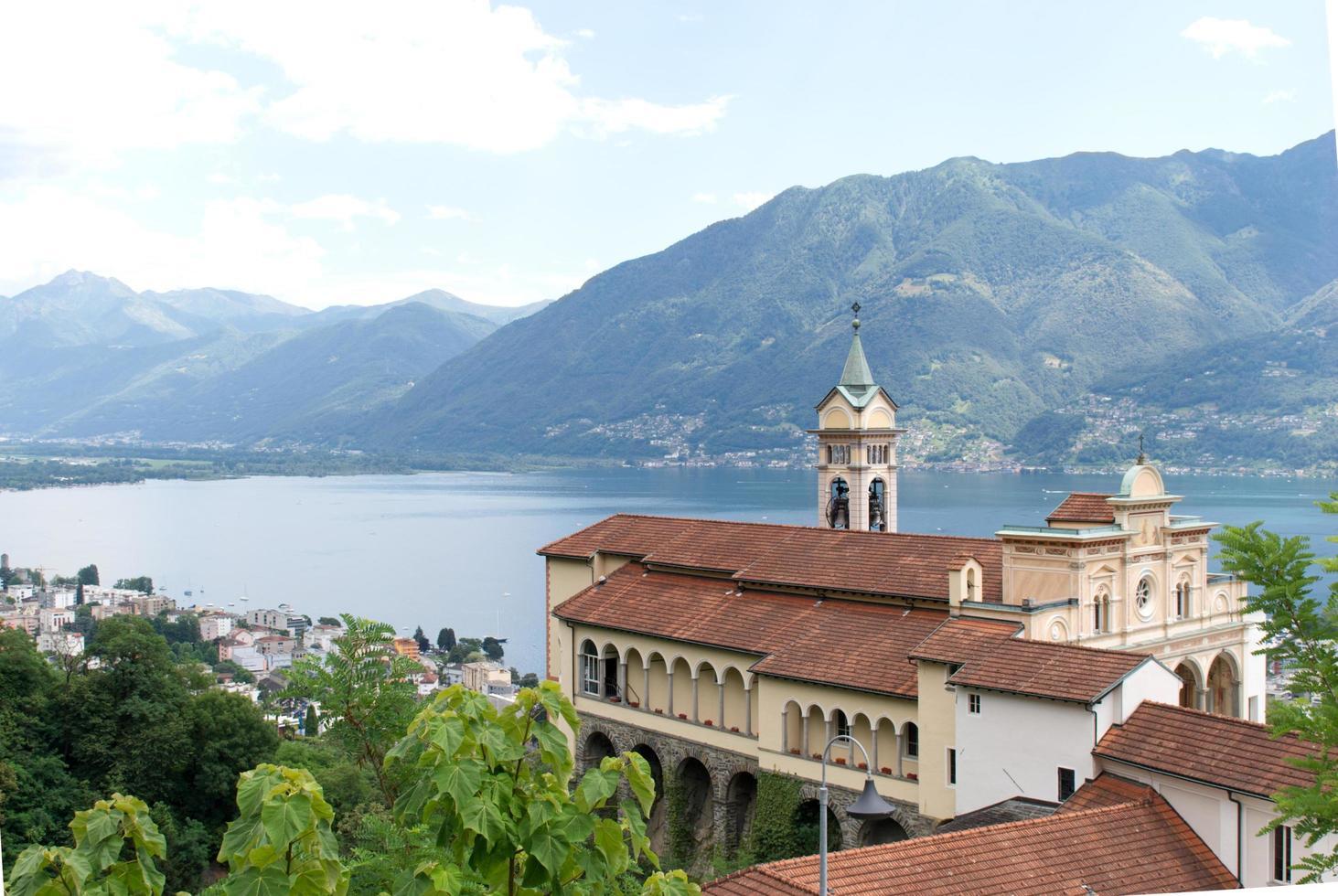 kathedraal dichtbij de bergen foto