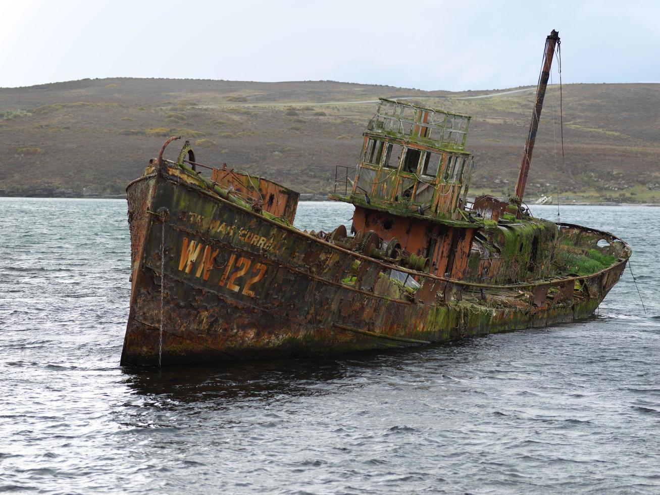 bruine schipbreuk in het water foto