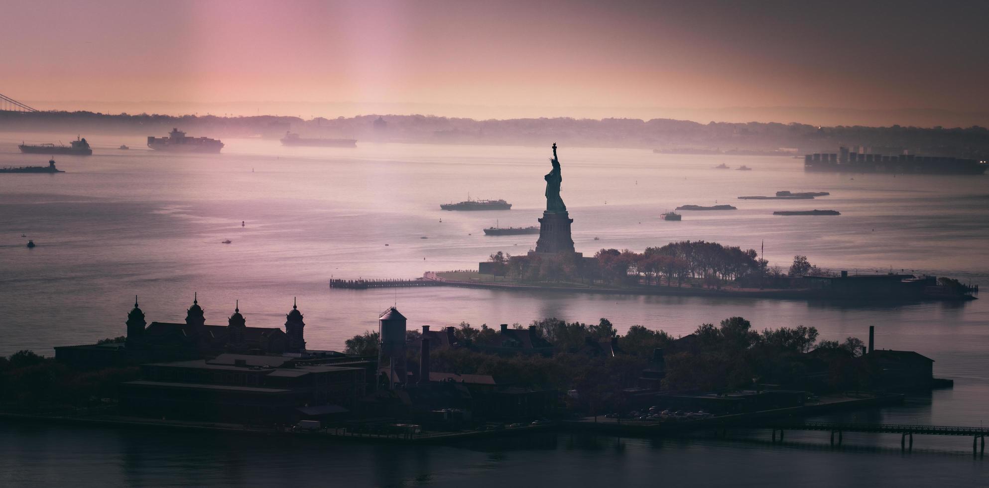 silhouet van Vrijheidsbeeld bij zonsondergang foto