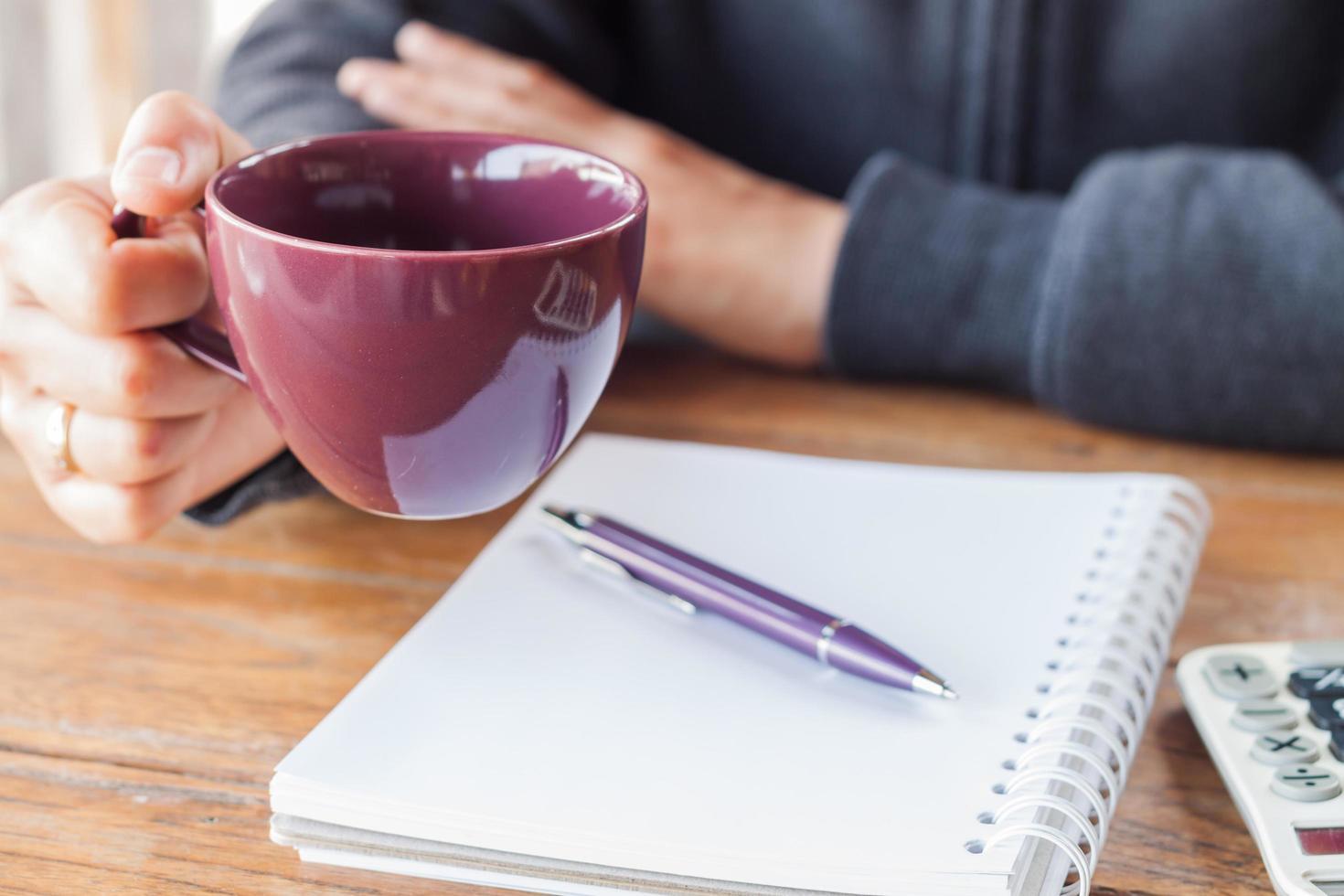 persoon met een kopje koffie foto