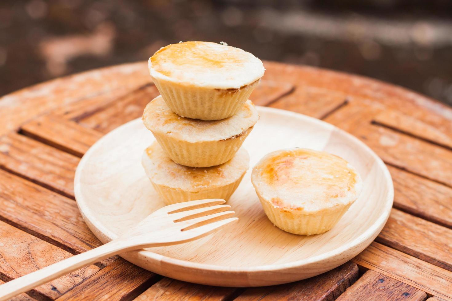 taarten op een houten tafel foto